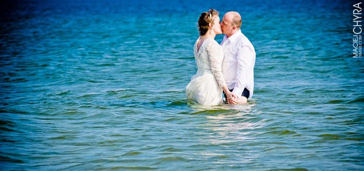 Sesja ślubna nad morzem. Fot. Maciej Chyra